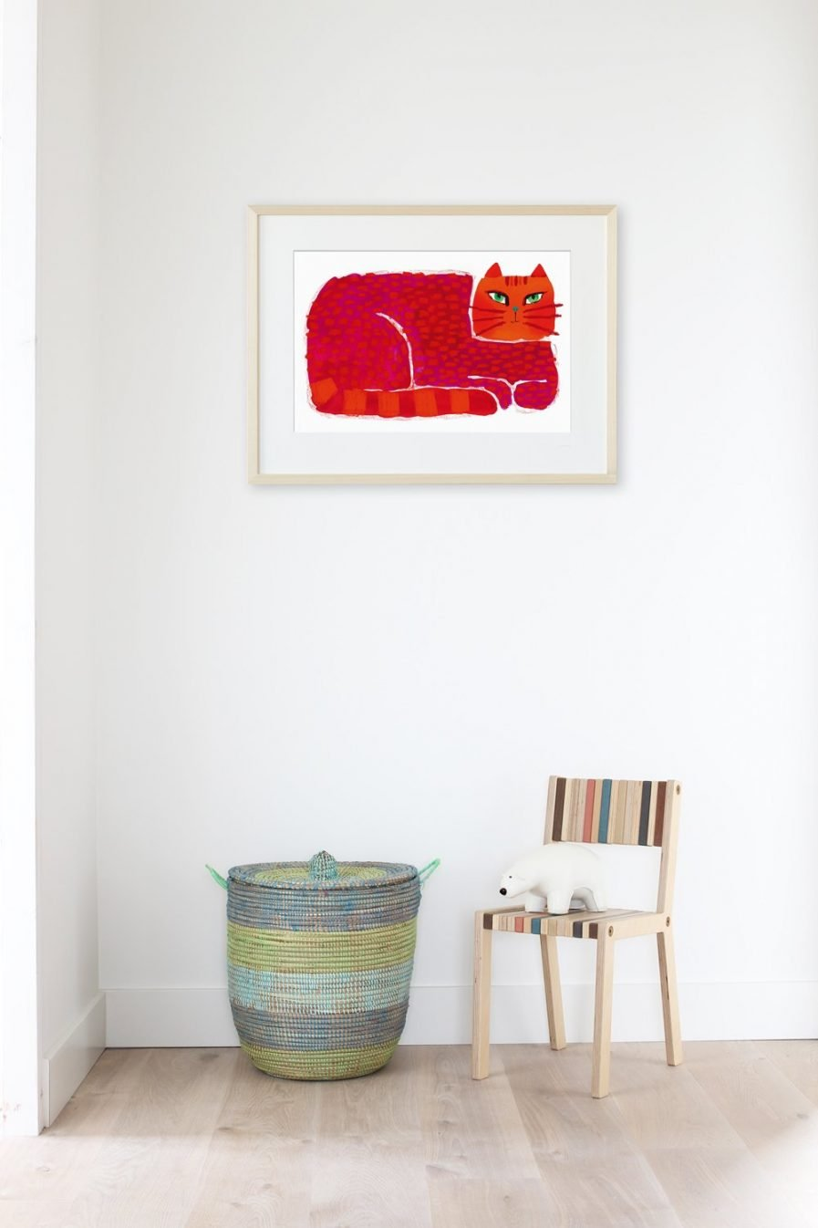 """We zien een weldoorvoede poes liggen en ons aankijken, alsof de rood-oranje kat wil zeggen: """"Hoezo?"""""""